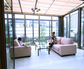 自然光が燦々と降り注ぐ広々とした LDKをメインとした住宅。