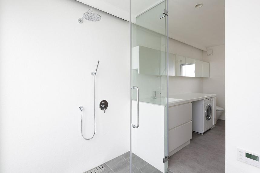 シンプルモダンなバスルーム