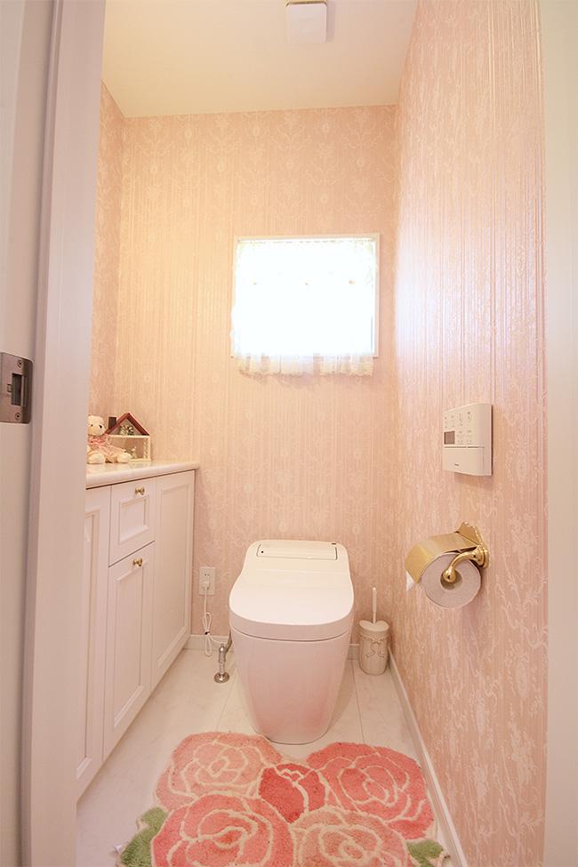 白ベースにピンクを取り入れたモダンなトイレ