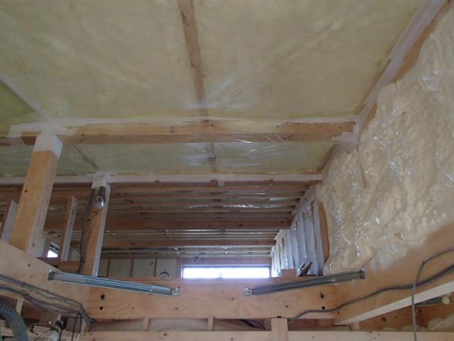 断熱工事中の戸建て住宅