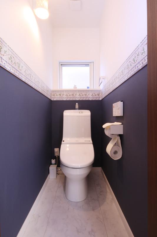 ツートーンなモダンデザインのトイレ