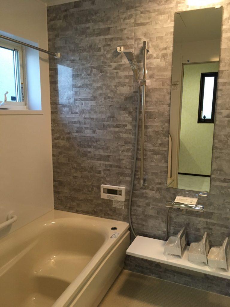大理石の壁がおしゃれなバスルーム