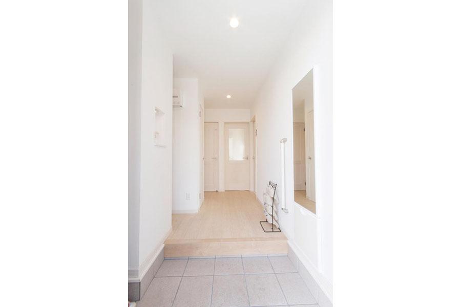 ホワイトに統一した明るい玄関