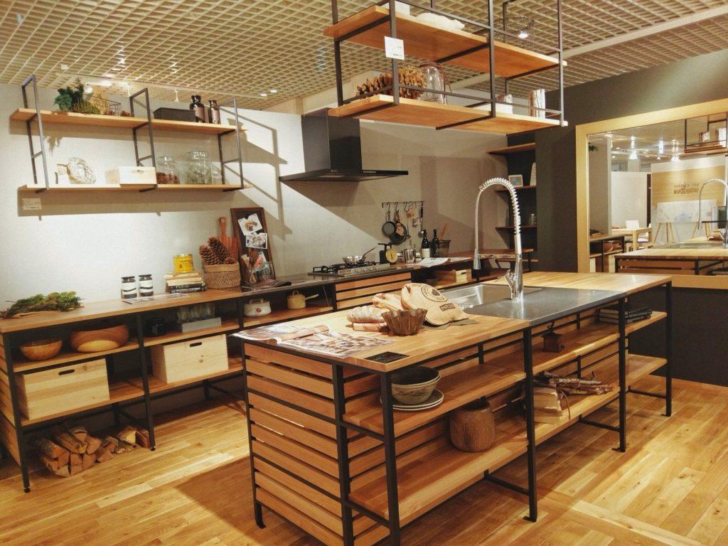 木目の素材を活かし機能性に優れたキッチン