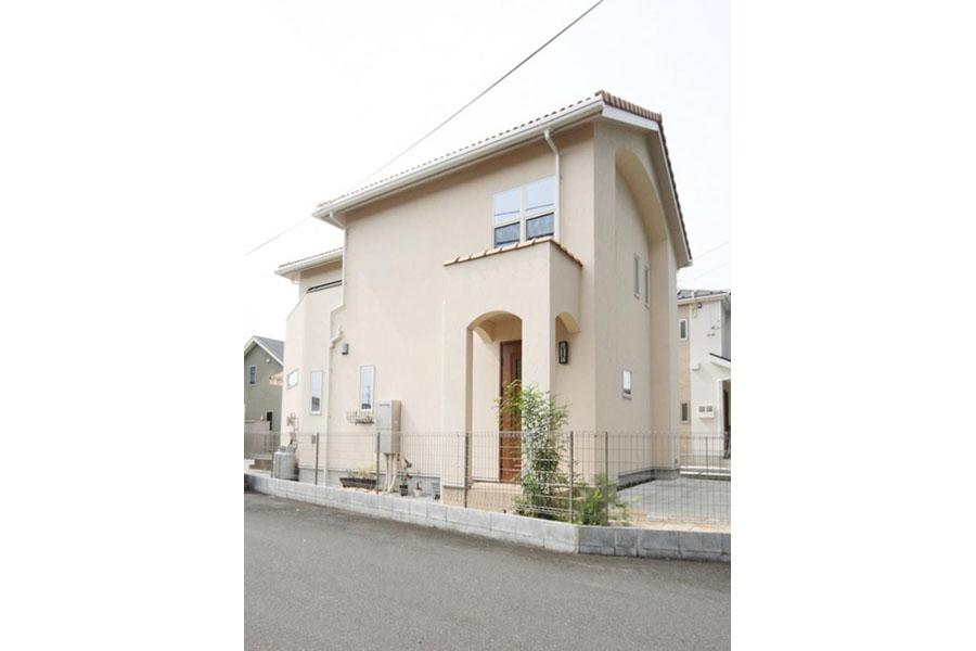 アール壁の玄関ポーチが特徴的なプロヴァンス風住宅