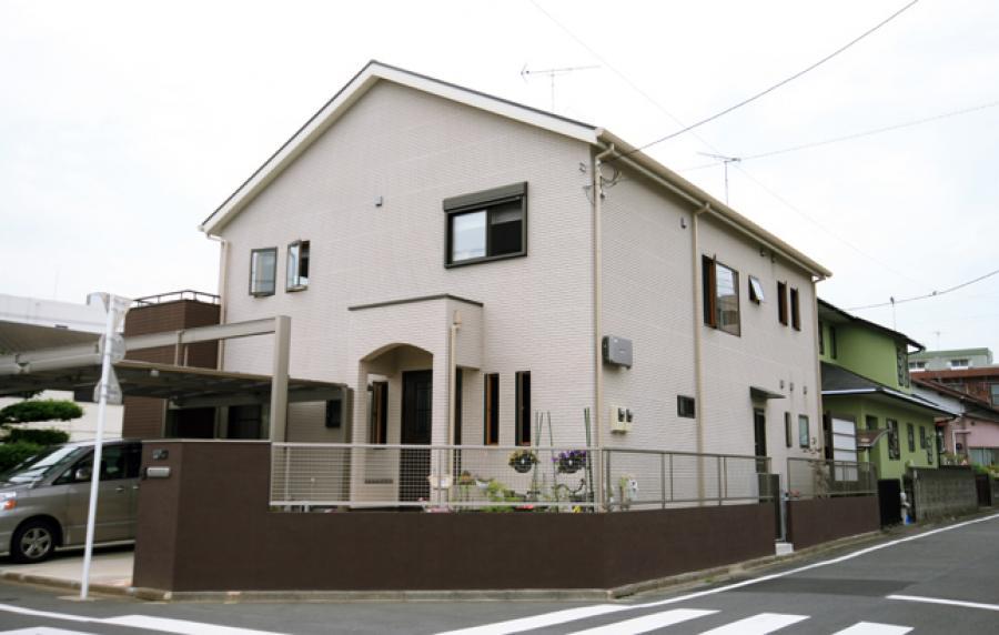 シンプルな総2階、切妻屋根の家