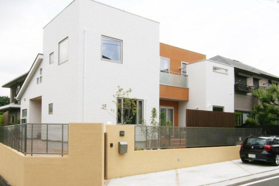 ホワイトとオレンジ外壁を組み合わせた南欧風のモダン外観