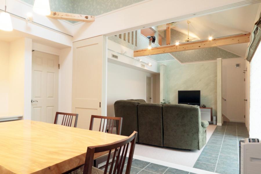 リゾートホテルライクな暮らしをイメージした家。床タイルなど各所にこだわりが詰まっています