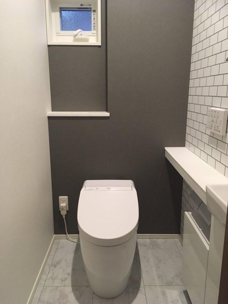 白とグレーを基調としたトイレ