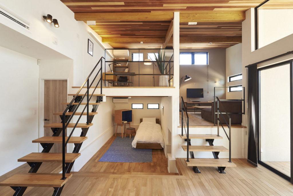 25坪の平屋のリビング:スキップフロアを採用して立体的な空間づくりをしました