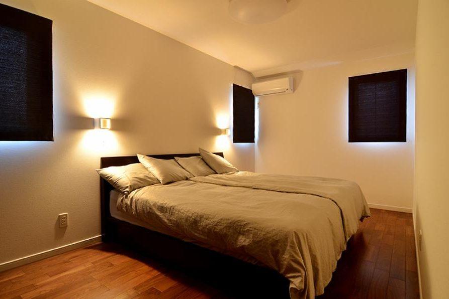 小さな窓を複数付けた寝室