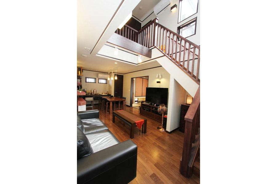 レトロな雰囲気漂う開放的なリビング階段