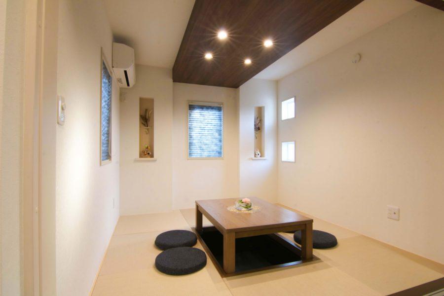 機能性の高いリビング横のモダン小上がり和室空間