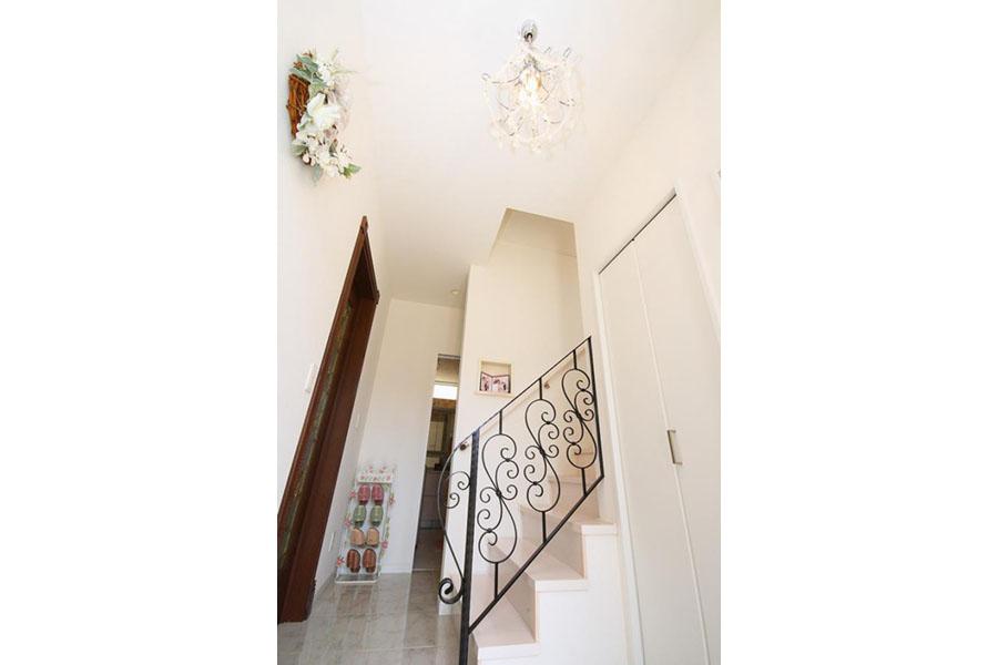 洗練された玄関空間|アイアンデザインが映える階段