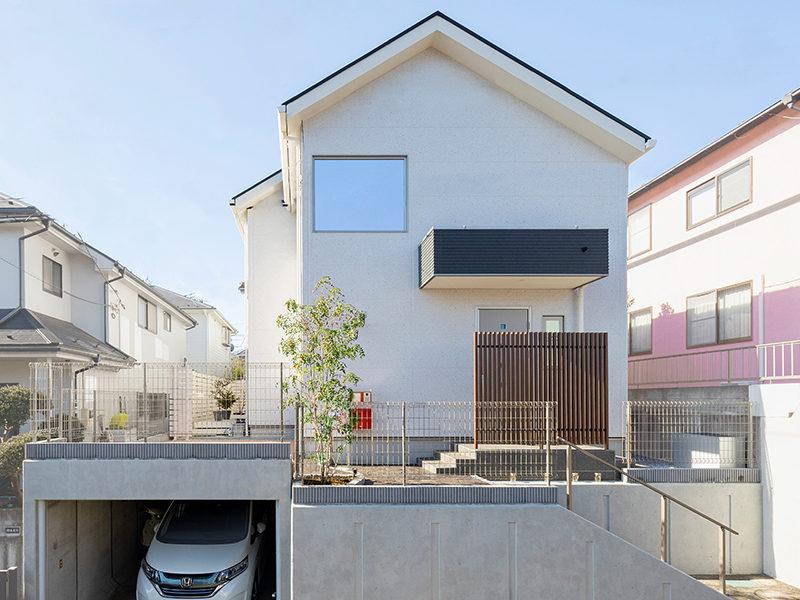 シンプルな白い外観の家
