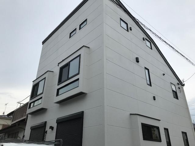 片流れ屋根のスタイリッシュな白い家