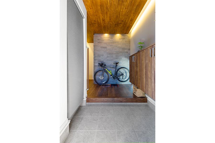 間接照明の高級感ある玄関内装